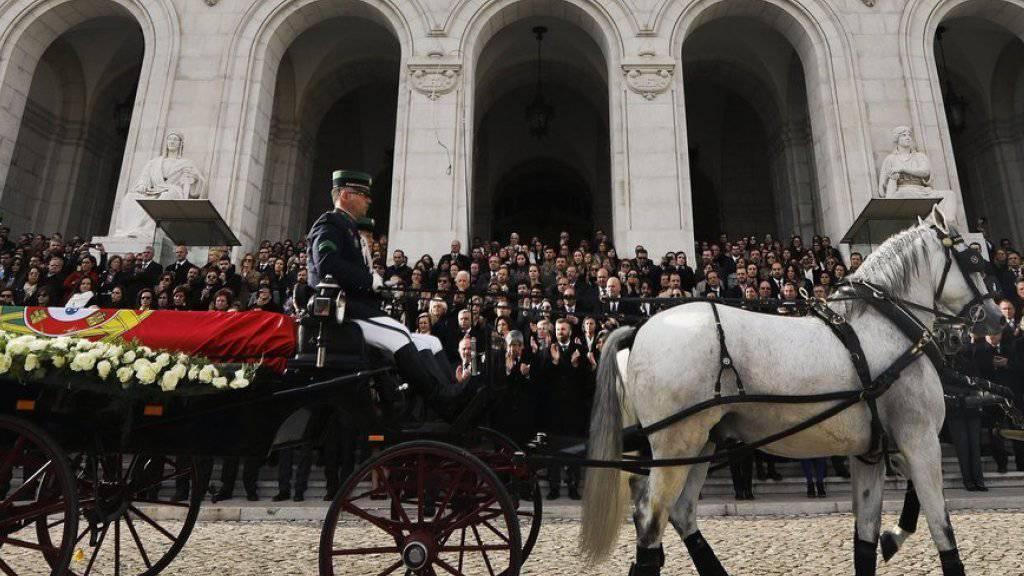 Der Leichenzug am Dienstag vor dem Parlament in Lissabon.