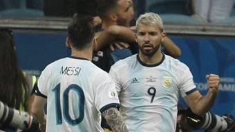Lionel Messi und Sergio Agüero nach dem beruhigenden zweiten Tor für Argentinien