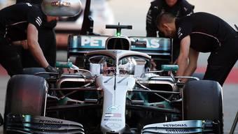 Die Mechaniker kümmern sich um Valtteri Bottas und seinen Mercedes