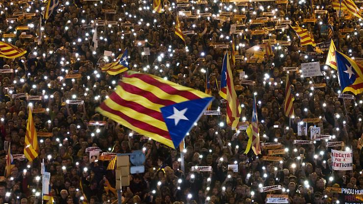750'000 Menschen versammelten sich in Barcelona, um Freiheit für die festgenommenen katalanischen Minister zu fordern.