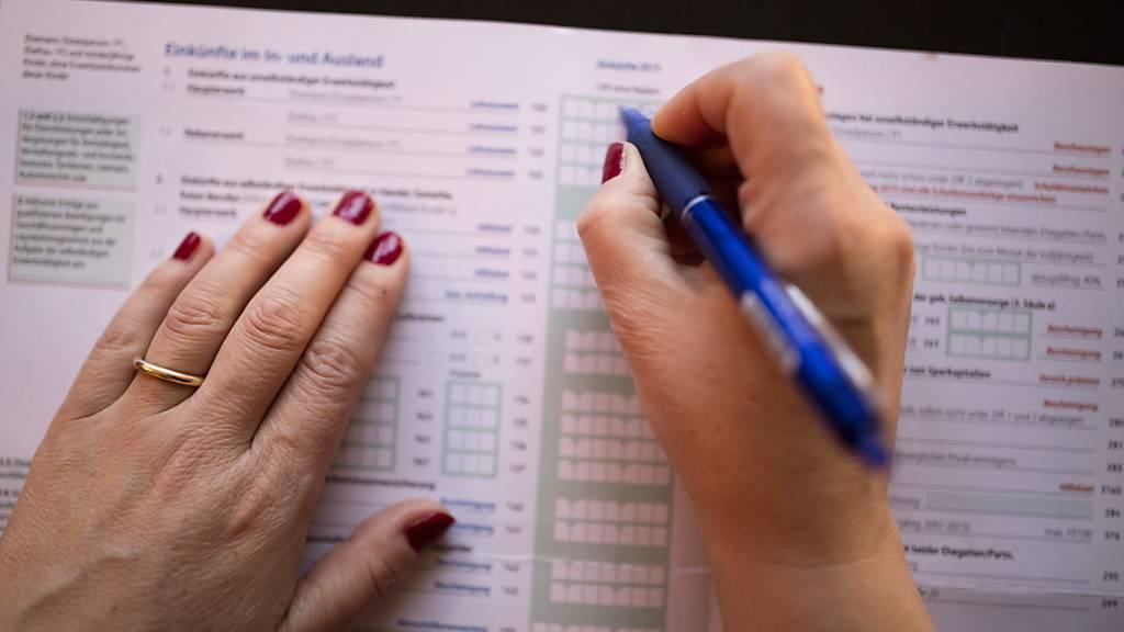 Beim Ausfüllen der Steuererklärung sollen Arbeitspendler im Kanton Luzern auch künftig maximal 6000 Franken Abzüge geltend machen können. (Symbolbild)
