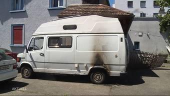 In Derendingen brannte es in der Nacht in einem Quartier gleich zwei Mal. Auch ein Liebhaber-Camper geriet in Flammen. Die Spuren deuten auf Brandstiftung hin. Dank des schnellen Handelns der Nachbarinnen hatte sich das Feuer nicht weiter ausgebreitet.