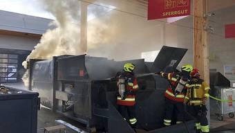 Im Werkhof in Küssnacht SZ löscht die Feuerwehr einen Brand in einem Presscontainer.