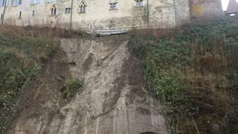 Unterhalb des Schlosses ist nun der Sandsteinfelsen sichtbar.