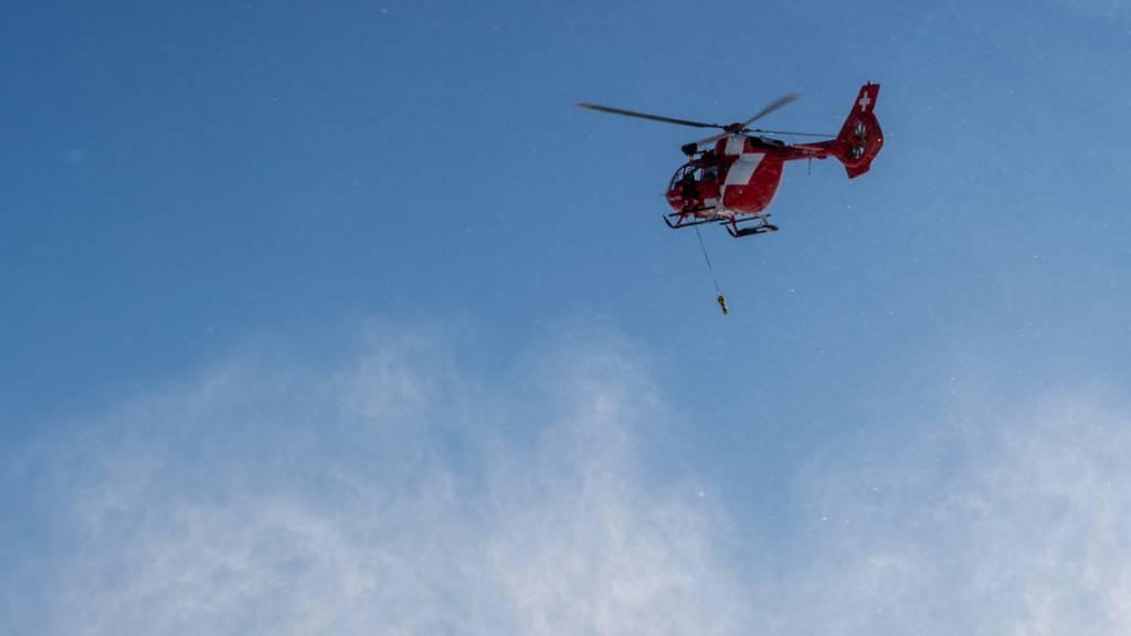 Die Rega flog den am Titlis geborgenen Snowboarder in ein Spital, wo er in der Nacht auf Montag jedoch verstarb. (Symbolbild)