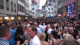 Es ist nichts wie sonst und dennoch haben viele Aarauer den Maienzug-Vorabend 2020 feierlich begangen. Wir haben uns am Donnerstagabend in der Stadt umgehört und umgesehen.