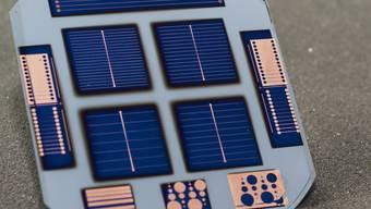 Ein internationales Team von Wissenschaftlern hat mit einem stark vereinfachten Verfahren eine sehr effiziente Silizium-Solarzelle hergestellt. Die Kernelemente entstanden am Fotovoltaiklabor der EPFL in Neuenburg.