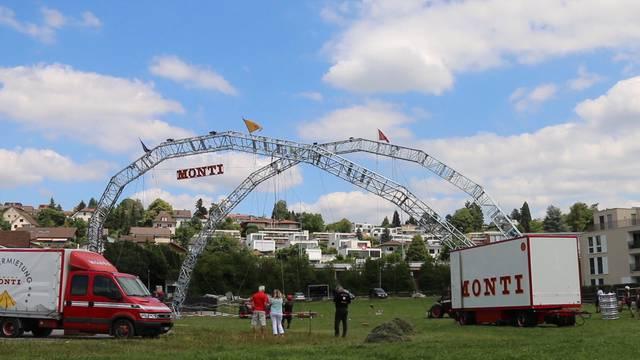 Aufbau im Zeitraffer: Hier werden die Bogenmasten für den Circus Monti aufgestellt