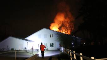 Zur Zeit des Brandes befanden sich vier Personen im Hausinnern. Sie konnten unverletzt evakuiert werden.