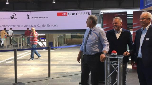 SBB weihen Riesenbildschirm im Bahnhof Basel ein