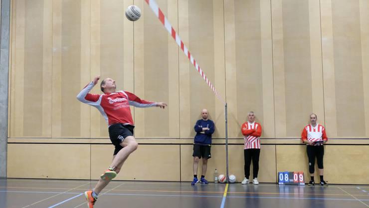 Team Galli am Ball gegen Team Chäswil