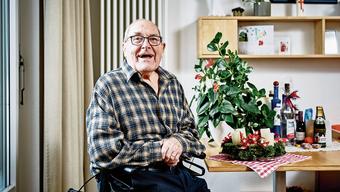 Alfred Bühler neben seinem Adventskranz und den Geschenken, die er zum 90. bekommen hat.