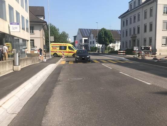 Die 75-jährige Frau überquerte die Tramstrasse in Suhr, Höhe Valiant Bank über den Fussgängerstreifen, als es zur Kollision mit dem aus Richtung Buchs herannahenden Hyundai kam.