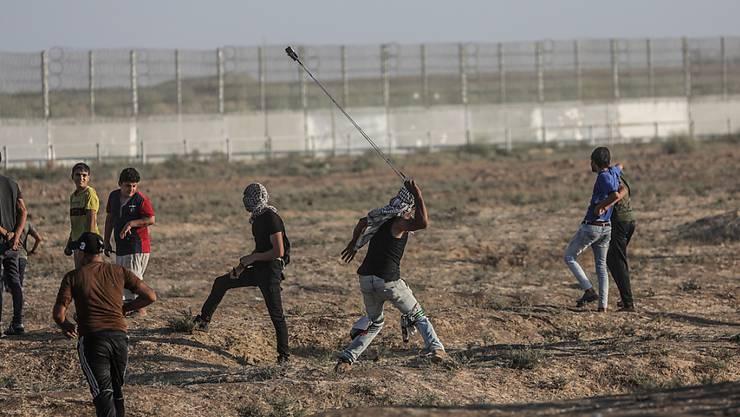 Bei erneuten Konfrontationen an Israels Grenze zum Gazastreifen ist ein Palästinenser getötet worden. Der junge Mann sei am Samstag im Krankenhaus an den Verletzungen gestorben, die er am Vortag östlich von Chan Junis erlitten habe. (Archivbild)