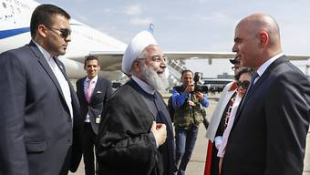Ruhani wurde am Flughafen Zürich von Bundespräsident Alain Berset mit militärischen Ehren empfangen.