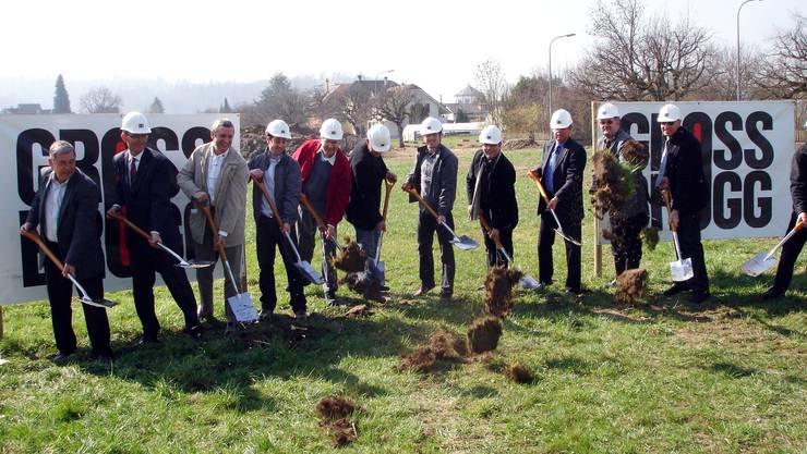 Die am Projekt beteiligten Personen nehmen den Spatenstich im Widmi-Baufeld 1 vor.  tf