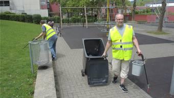 Neuenhofer Sozialhilfebezüger säubern das Gelände rund um die Schule, den Bahnhof und das Gemeindehaus. Viele findet dadurch eine Anstellung. SGa