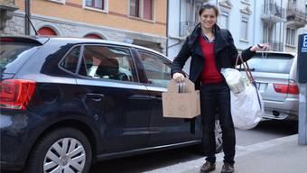 Stella Schieffer steht mit den Einkäufen in Zürich. Jetzt muss sie nur noch die richtige Adresse finden. ksc