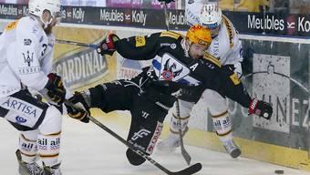 Fribourg-Gottéron und Topskorer Michal Birner kommen gegen Lugano zu Fall