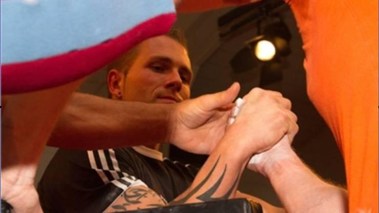 Martin Zangger dominiert die Armdrückszene in seiner Klasse.