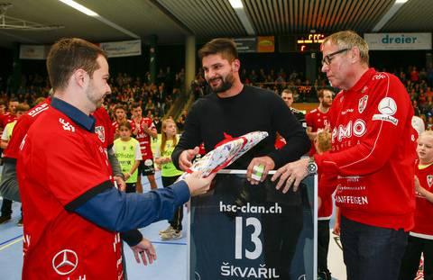 HSC-Geschäftsführer Lukas Wernli (l.) und -Präsident René Zehnder (r.) verabschieden ihren zweifachen Saison-Topskorer Milan Skvaril.