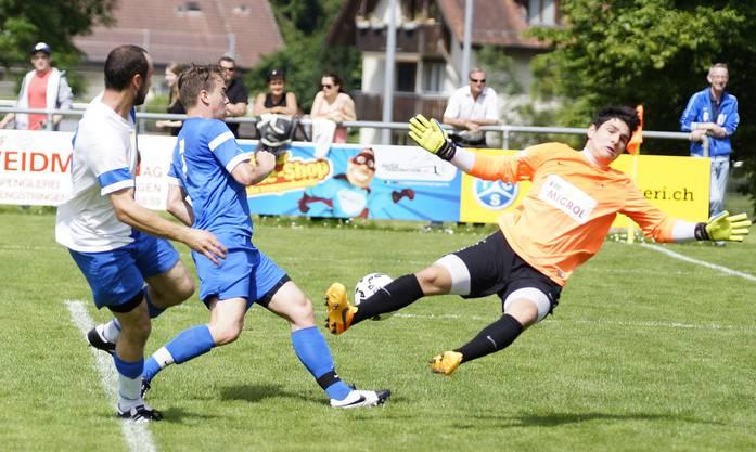 Engstringens Lukas Baur (links) scheitert an Torhüter Yannick Fux