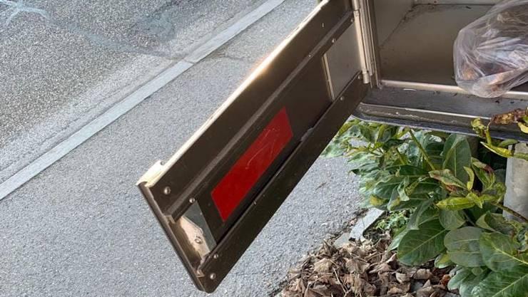 Der betroffene Briefkasten mit dem auffällig, roten Klebeband.