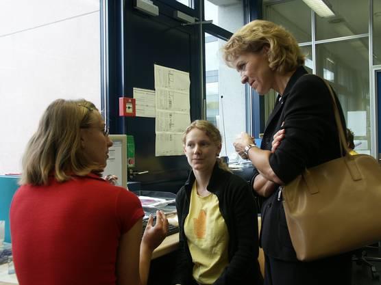 Bio-Technopark Zürich-Schlieren, August 2004, Regierungsrätin Rita Fuhrer unterhält sich mit Prionics-Mitarbeiterinnen