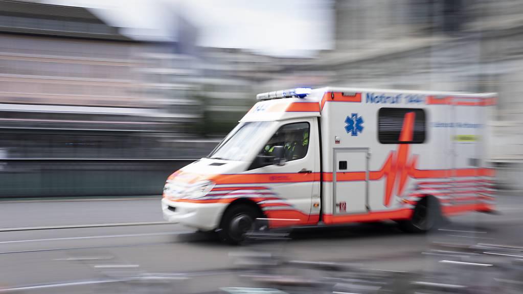 Die Ambulanz brachte den verunfallten E-Scooter-Fahrer ins Spital. (Symbolbild)