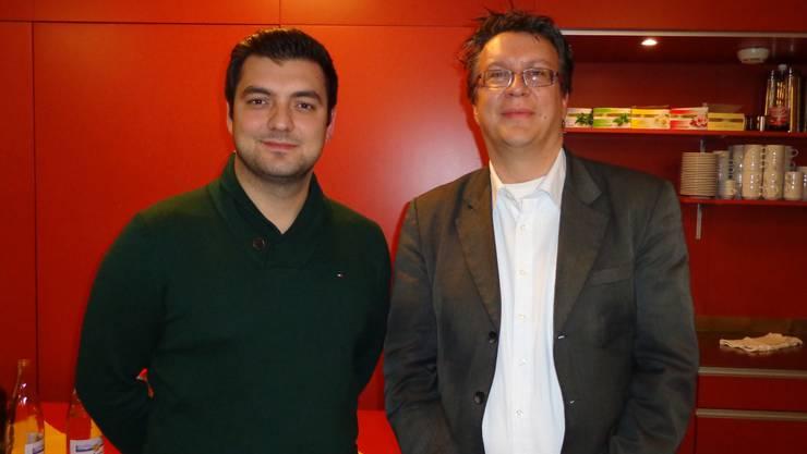 Vor farblich SP-gerechtem Hintergrund: Argjent Celiku (links) und Jean-Pierre Thomsen heissen die neuen Vorstandsmitglieder der Grenchner Sozialdemokraten.