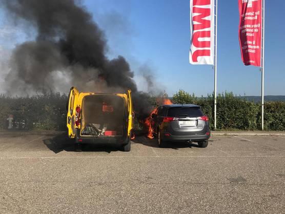Pratteln BL, 11. September: Bei einem Feuer auf einem Parkplatz wurden zwei Fahrzeuge zerstört. Verletzt wurde niemand.
