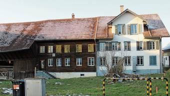 Im rechten Hausteil waren früher Bäckerei und Restaurant untergebracht. Im Vordergrund standen Kastanien, darunter Tische und Stühle der Gartenbeiz.