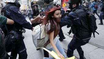 Polizisten versuchen, eine Demonstrantin in Istanbul zu verhaften