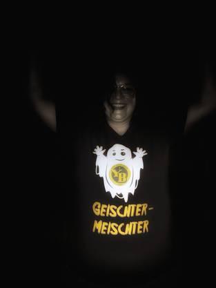 Su Elsener, die Lebenspartnerin von Manuel C. Widmer, im «Geischter-Meischter»-T-Shirt.