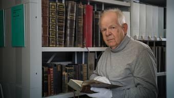 Erhard Schenker bei seiner Arbeit im Kirchenarchiv.