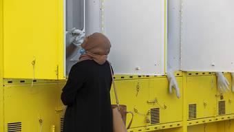Eine Frau wird in einer mobilen Corona-Teststation in Ost-Jerusalem von einem Mitarbeiter des Gesundheitswesens auf das Virus getestet. Foto: Oded Balilty/AP/dpa