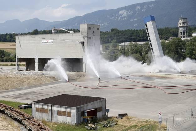 Juli 2015: Der Siloturm (rechts) kippt nach der Sprengung