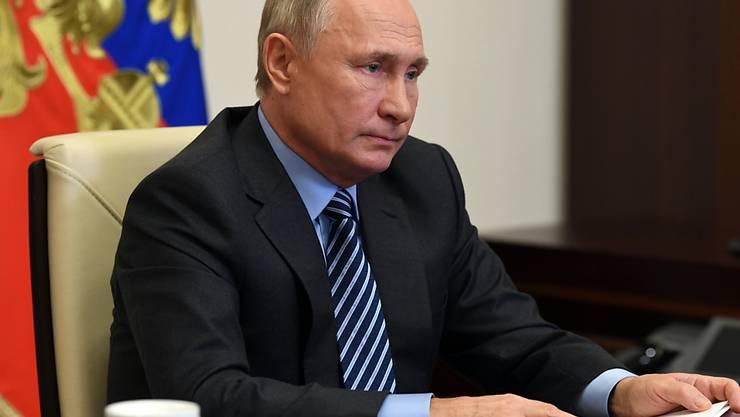 Wladimir Putin, Präsident von Russland, nimmt an einer Videokonferenz mit den Mitgliedern des Kuratoriums der Stiftung «Talent und Erfolg» teil, um die weitere Entwicklung eines Bildungszentrums zu besprechen. Foto: Alexei Nikolsky/Pool Sputnik Kremlin/AP/dpa