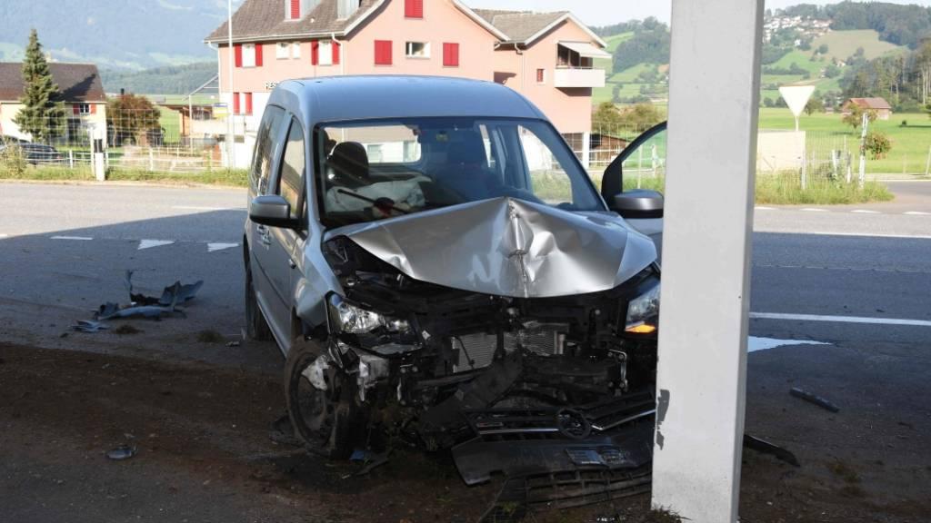 Eine Autofahrerin ist am Sonntagmorgen in Maseltrangen SG von der Strasse abgekommen und über Umwege in einen Pfeiler geprallt.