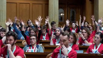 Zum Abschluss der Jugendsession werden die vorbereiteten Vorstösse jeweils im Nationalratssaal diskutiert. Bilder: Lukas Lehmann, Parlamentsdienst und Indra Crittin