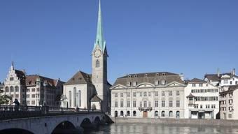 Im Zunfthaus zur Meisen wurde die Ehrenmedaille von Stadtpräsidentin Corine Mauch an den Niederländer Charles Zijderveldt übergeben.