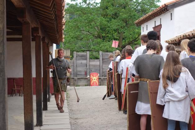 Junge Legionäre lassen sich in ihre Pflichten einführen