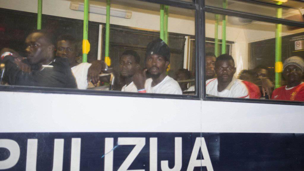 """Die über 350 Flüchtlinge wurden nach der Ankunft im Hafen von Valletta auf dem Rettungsschiff """"Ocean Viking"""" mit Bussen weitertransportiert."""