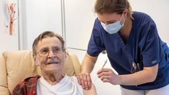 Ein Bewohner in einem Pflegeheim wird geimpft. (Symbolbild)