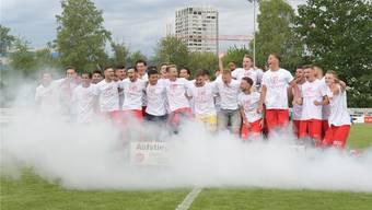 Die Spieler des FC Dietikon schafften den Aufstieg in die 1. Liga Classic und feierten dies gebührend.