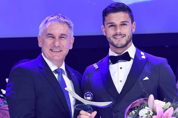 Hier posiert Loris Benito (r.) mit dem Aargauer Sportdirektor Alex Hürzeler.