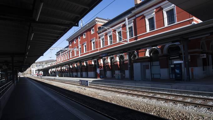 In der Nähe beim Bahnhof von Lugano wurde am Samstag ein 35-Jähriger von drei jungen Erwachsenen angegriffen. (Symbolbild)