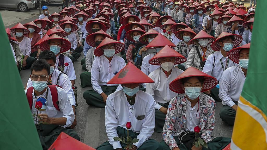 dpatopbilder - ARCHIV - Lehrer, in ihren Uniformen und traditionellen Myanmar-Hüten, nehmen an einer Demonstration gegen den Militärputsch teil. Mit diesen traditionellen Hüten protestierten Lehrerinnen und Lehrer. (Archivbild) Foto: Str/AP/dpa - ACHTUNG: Dieses Foto hat dpa bereits im Bildfunk gesendet