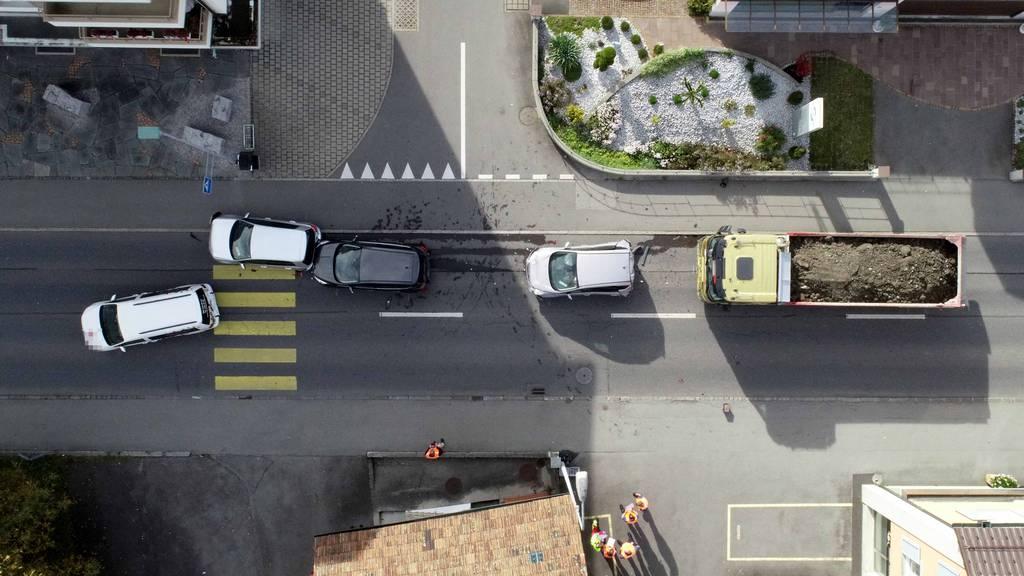 Lastwagen fährt in Autokolonne – mehrere Verletzte