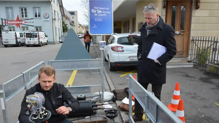 Sven Schuler, von der Firma Cablex, erklärt Stadtrat Thomas Marbet die Funktion der neuartigen Glasfasermuffe.